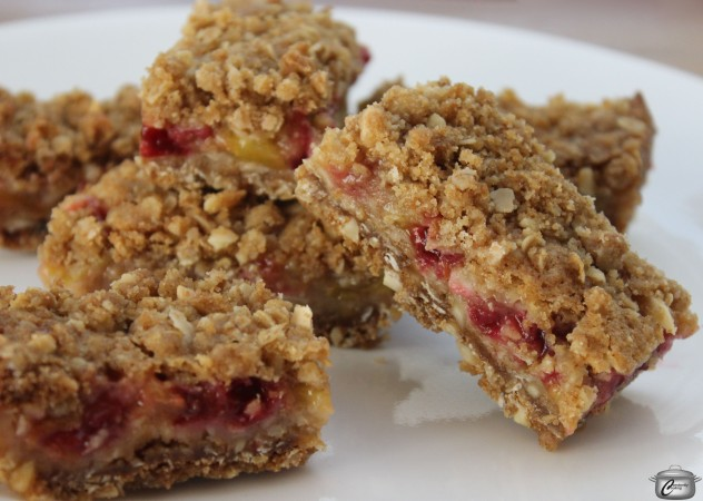 Oats, almonds and fresh fruit make these delicious breakfast bars a healthy morning treat!